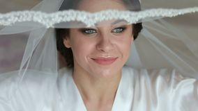 Schitterend bruidportret met samenstelling in de ochtend in ruimte dichtbij venster stock video
