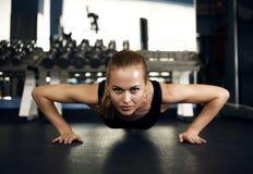 Schitterend brunette die en wat duw UPS opwarmen doen bij gymnastiek Stock Foto