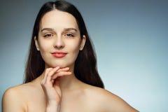 Schitterend brunette met perfecte huid en haar die de mening bekijken Royalty-vrije Stock Afbeeldingen