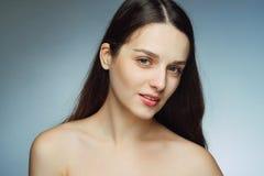 Schitterend brunette met perfecte huid en haar die de mening bekijken stock afbeeldingen