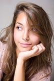 Schitterend glimlachend jong donkerbruin meisje. Royalty-vrije Stock Afbeelding