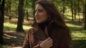 Schitterend Kaukasisch donkerbruin meisje in en profiel die recht geïsoleerd op park zonnige achtergrond, in openlucht lopen kijk stock videobeelden