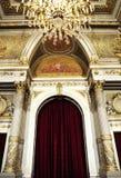 Schitterend koninklijk paleis met luxekroonluchter Stock Afbeeldingen
