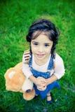 Schitterend meisje dat met reusachtige ogen camera onderzoekt Royalty-vrije Stock Foto's
