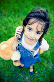 Schitterend meisje dat met reusachtige ogen camera onderzoekt Royalty-vrije Stock Afbeelding