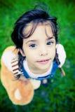Schitterend meisje dat met reusachtige ogen camera onderzoekt Royalty-vrije Stock Fotografie