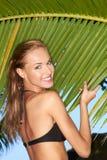 Schitterend meisje dat zich naast palm bevindt royalty-vrije stock afbeeldingen