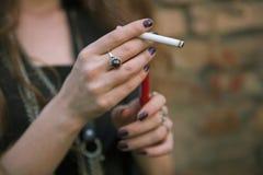Schitterend meisje met sigaret Stock Afbeeldingen