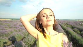 Schitterend Meisje op Lavendelgebied stock videobeelden