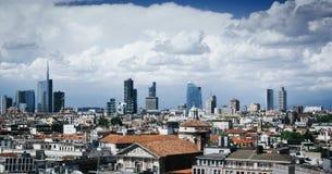Schitterend overzicht van Milaan vanaf de bovenkant van Duomo-Kathedraal, hoofd architecturaal oriëntatiepunt van de stad Toneelc royalty-vrije stock foto