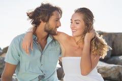Schitterend paar die bij de kust omhelzen Royalty-vrije Stock Foto's