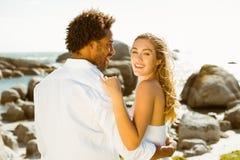 Schitterend paar die door de kust omhelzen Royalty-vrije Stock Foto's