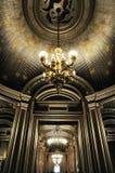 Schitterend plafond met mooie Kroonluchter Royalty-vrije Stock Afbeelding