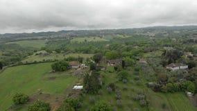 Schitterend plattelandssatellietbeeld met landbouwbedrijven, buitenhuizen en weiden stock footage