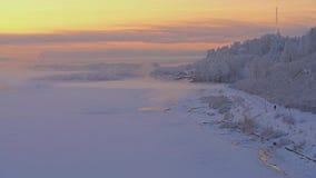 Schitterend Russisch die de winterlandschap bij zonsopgang wordt geschoten stock video