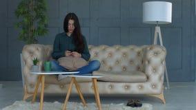 Schitterend vrouwen texting bericht op slimme telefoon stock videobeelden