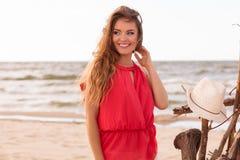 Schitterende aantrekkelijke jonge vrouw in de zomer Royalty-vrije Stock Afbeelding