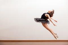 Schitterende ballerina tijdens een sprong Royalty-vrije Stock Afbeeldingen