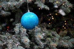 Schitterende blauwe hangende baldecoratie op Kerstboom Royalty-vrije Stock Fotografie