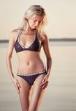 Schitterende blonde op het strand Stock Fotografie