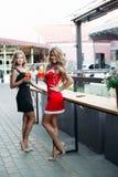 Schitterende blonden die cocktails op partij in restaurant drinken royalty-vrije stock fotografie