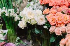 Schitterende boeketten van rozen en pioenen Stock Foto