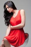 Schitterende brunette op stoel Royalty-vrije Stock Foto's