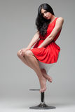 Schitterende brunette op stoel Stock Afbeelding