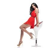 Schitterende brunette op stoel Royalty-vrije Stock Afbeeldingen