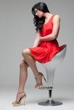 Schitterende brunette op stoel Stock Afbeeldingen
