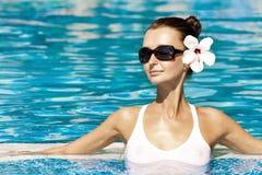 Schitterende brunette in pool Stock Afbeeldingen