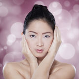 Schitterende Chinese vrouw op bokehachtergrond Royalty-vrije Stock Foto's