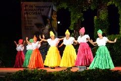 Schitterende Columbiaanse ballerina's die traditionele dans uitvoeren royalty-vrije stock afbeelding