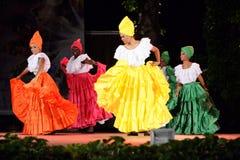 Schitterende Columbiaanse ballerina's die traditionele dans uitvoeren stock foto's