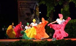 Schitterende Columbiaanse vrouwen die traditionele dans uitvoeren stock foto