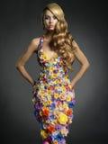 Schitterende dame in kleding van bloemen Royalty-vrije Stock Foto's