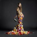 Schitterende dame in kleding van bloemen Royalty-vrije Stock Afbeelding