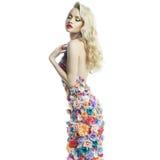 Schitterende dame in kleding van bloemen Stock Afbeeldingen