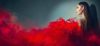 Schitterende donkerbruine modelvrouw in rode kleding Royalty-vrije Stock Afbeeldingen