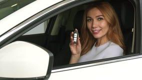 Schitterende gelukkige vrouw die autosleutels tonen aan haar onlangs gekochte auto royalty-vrije stock foto's