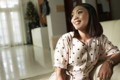Schitterende glimlachende jonge vrouw royalty-vrije stock afbeeldingen