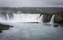 Schitterende Godafoss-watervallen in Noord-IJsland Langzame blindsnelheid Stock Foto's