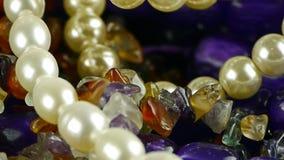 Schitterende halfedelstenenjuwelen, parelhalsband stock videobeelden