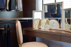 Schitterende halsbanden met spiegels op de toilettafel in kleedkamer stock afbeeldingen