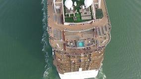 Schitterende hoogste 4k luchthommelvlucht over het reusachtige van de de cruisevoering van de luxetoerist de toevluchtschip varen stock videobeelden