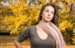 Schitterende jonge brunette die in het park wandelt. Royalty-vrije Stock Foto