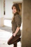 Schitterende jonge brunette die in openlucht stelt. Stock Foto