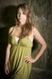 Schitterende jonge brunette in groene kleding in openlucht. Stock Afbeeldingen
