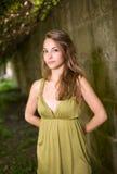 Schitterende jonge brunette in groene kleding in openlucht. Royalty-vrije Stock Afbeeldingen