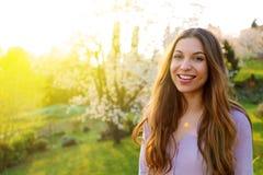 Schitterende jonge modelvrouw die met perfect blondehaar camera het stellen in het park bekijken royalty-vrije stock foto's